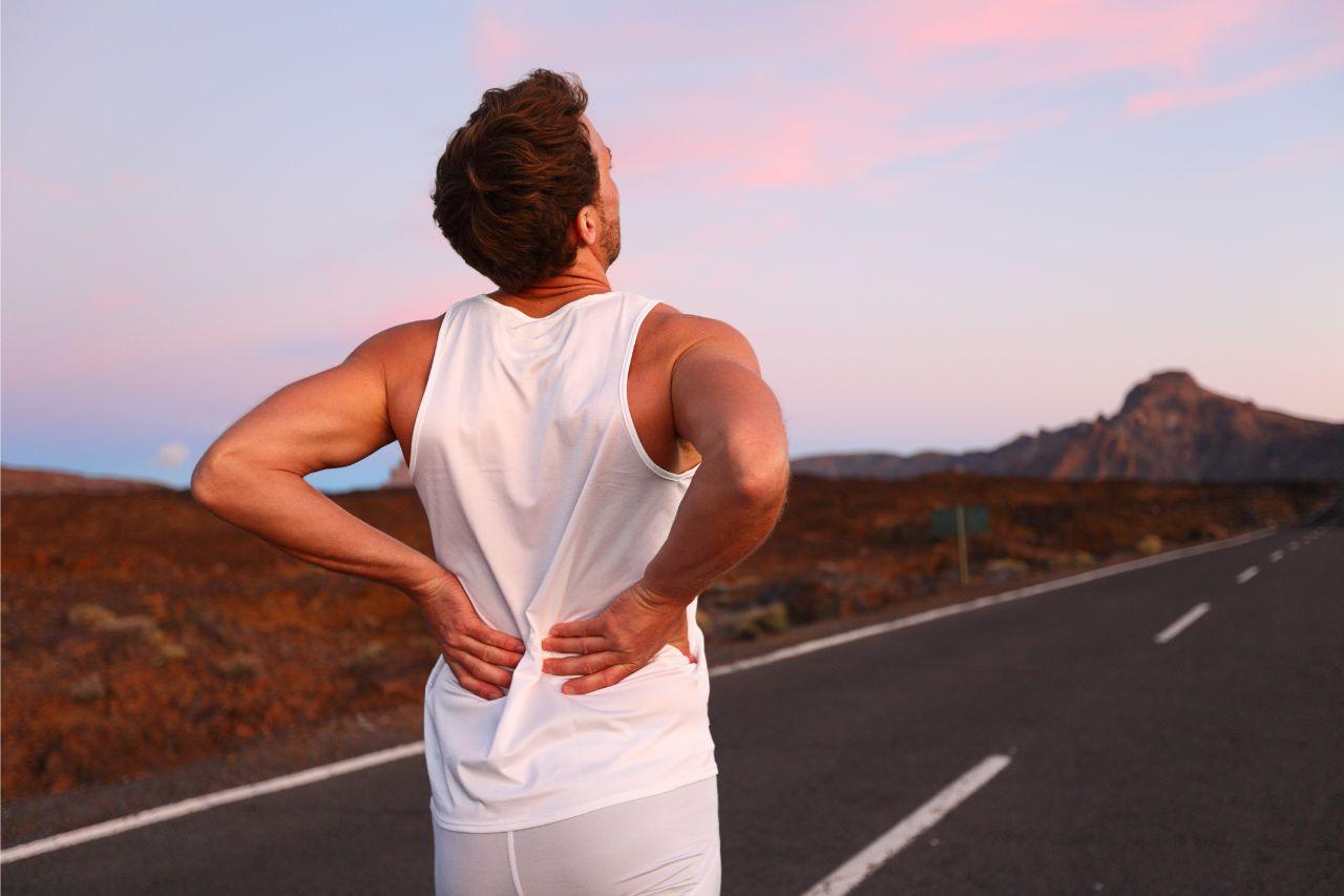 Rückenübungen ohne Geräte helfen den Schmerz zu bekämpfen.