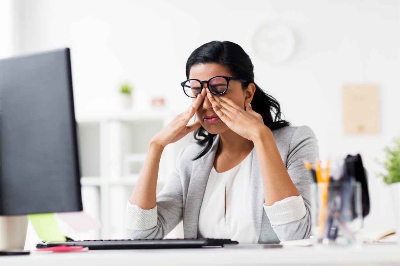 Fraum am Schreibtisch mit Sehstörungen