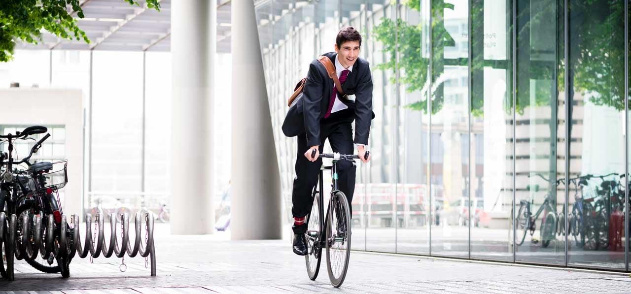 Sport am Arbeitsplatz impliziert auch den Weg zur Arbeit. Das Fahrrad ist eine gute Möglichkeit, mehr Sport in seinen Alltag zu intigrieren.