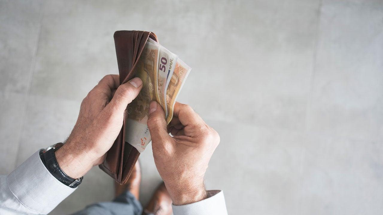 Trotz Krankheit bekommen Arbeitnehmer Gehalt ausgezahlt.