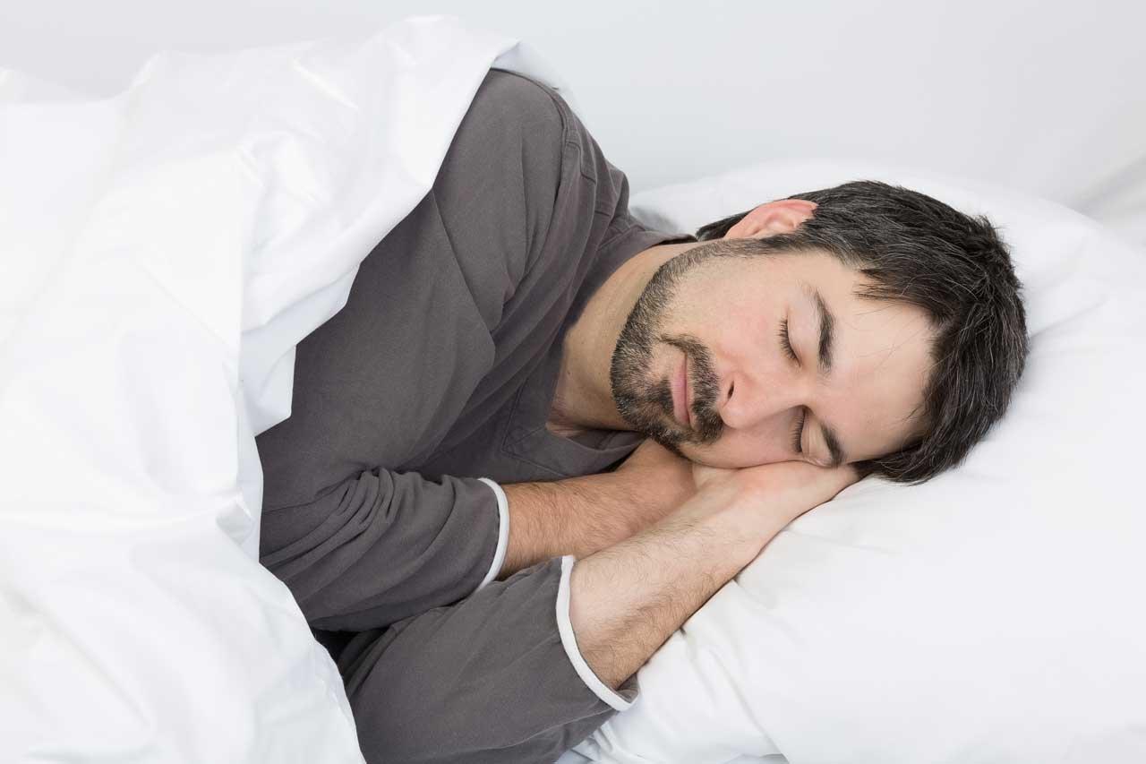 Es gibt verschiedene Phasen des Schlafs.