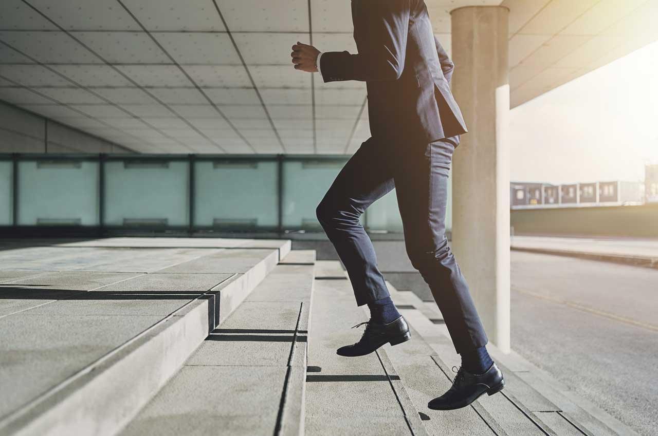 Die Treppe statt dem Aufzug zu nehmen, ist eine gute Möglichkeit, mehr Sport am Arbeitsplatz zu treiben.