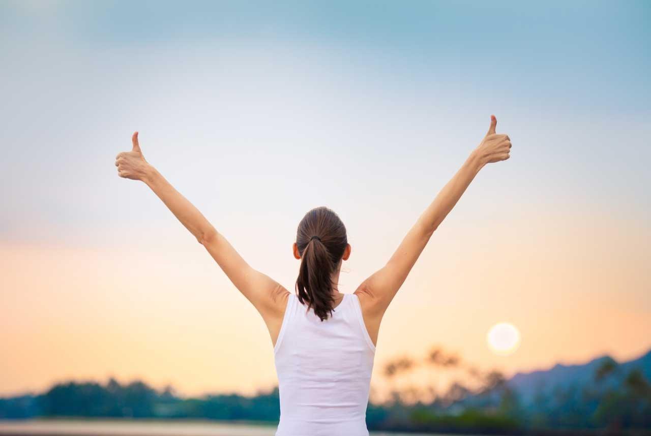 Frau entspannt sich in der Natur zur Burnout-Prävention