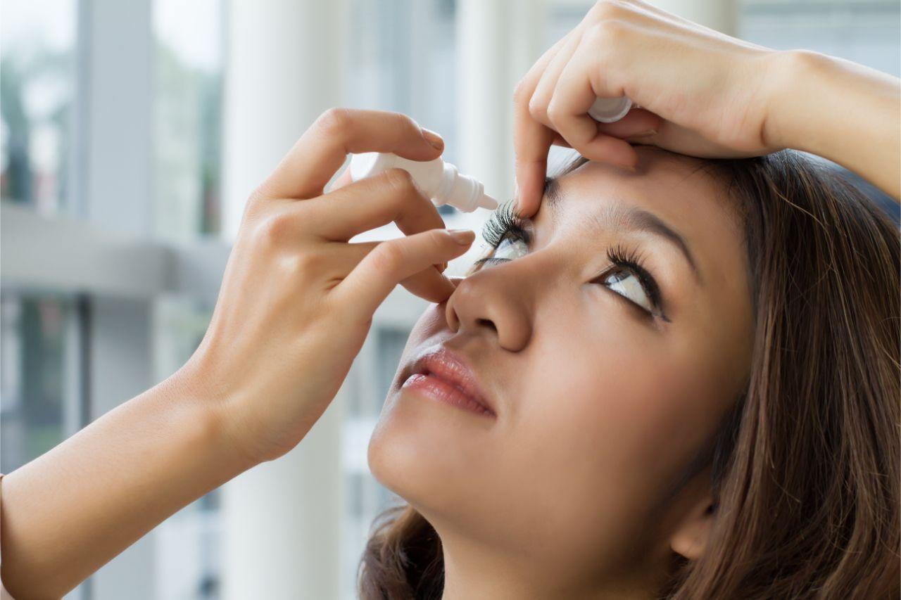 Frau bei der Behandlung von Trockenen Augen als Ursache für Sehstörungen
