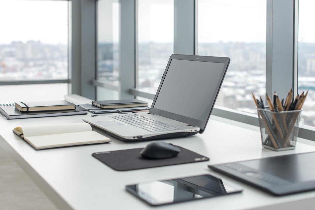 Ein ordentlicher Schreibtisch macht die Arbeit einfacher.
