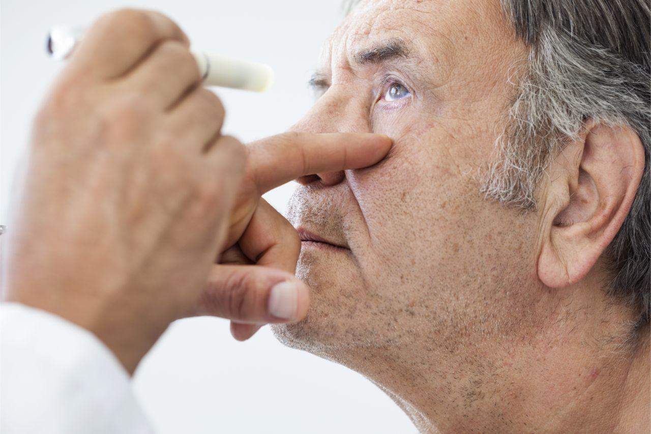Mann bei der Augenuntersuchung wegen Sehstörungen