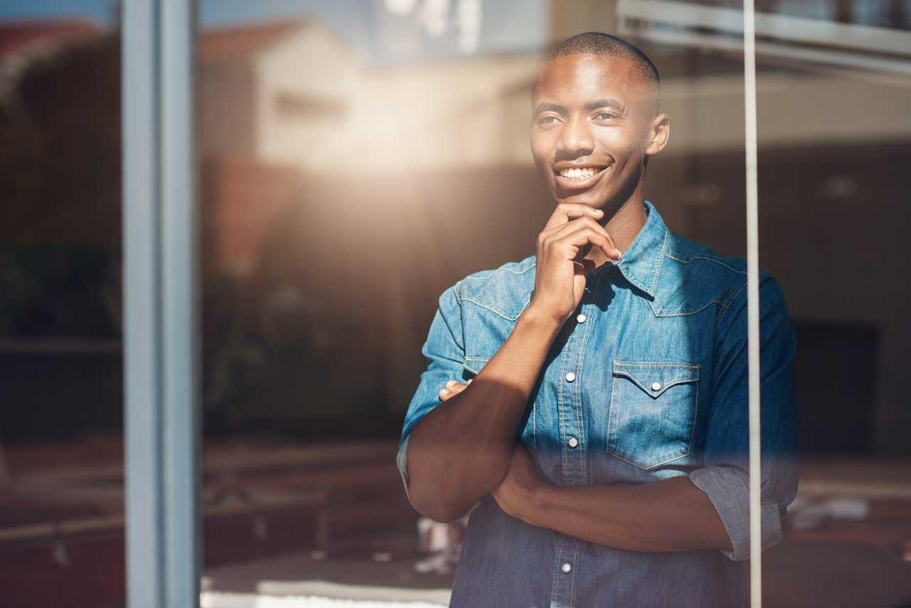 Mann bei der Burnout-Prävention durch positive Denkweise