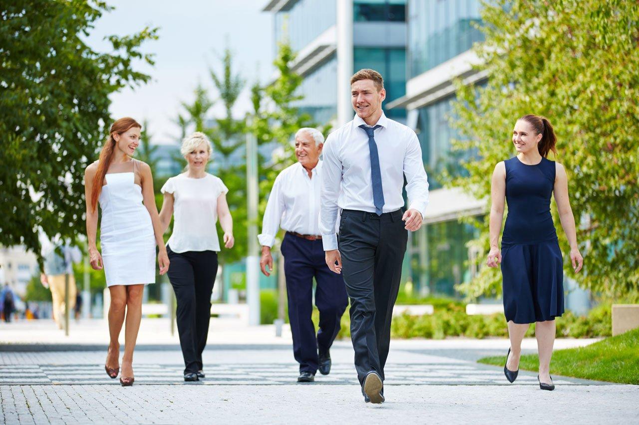 Gruppe beim Kreislauf in Schwung bringen durch Spazieren gehen