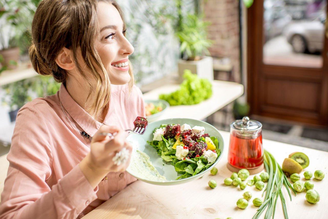 Frau bringe mit gesunder Ernährung ihren Kreislauf in Schwung