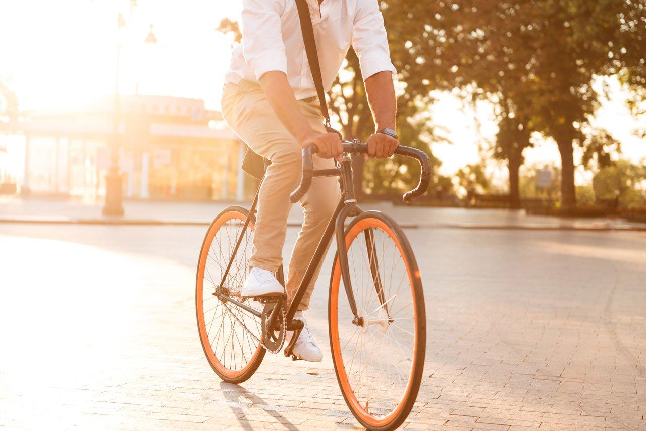 Mann fährt Fahrrad um den Kreislauf in Schwung zu bringen