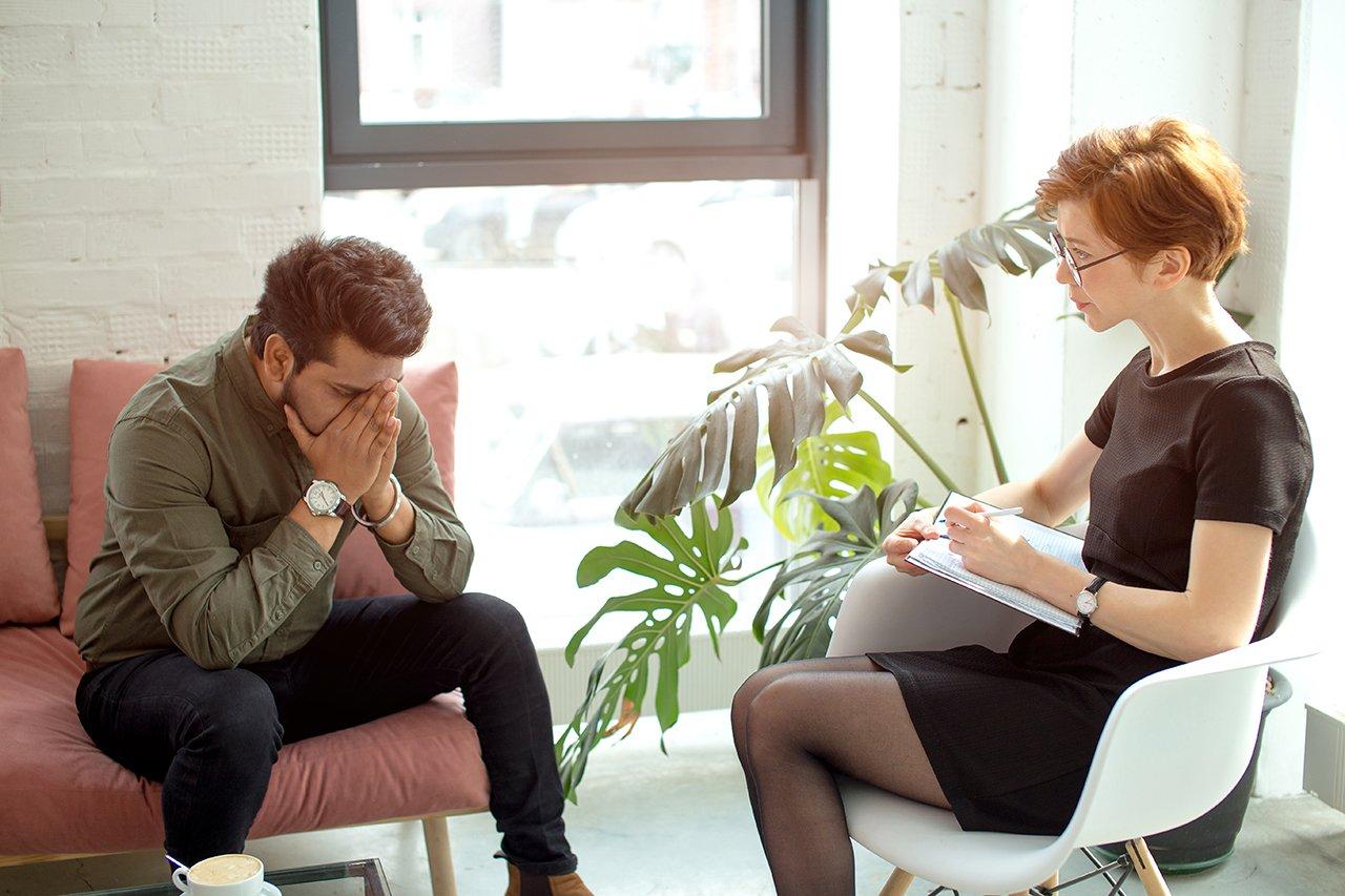 Mann und Therapeutin bei der Burnout-Krankschreibung