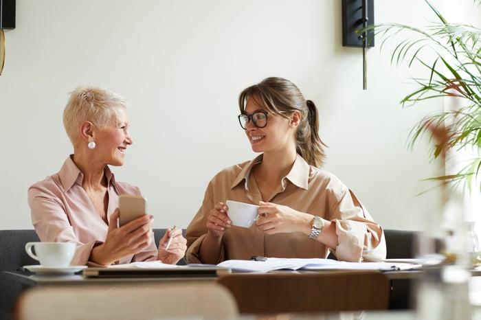Achtet man auf die Gesundheit am Arbeitsplatz, wirkt sich das auf die Mitarbeiterzufriedenheit aus.