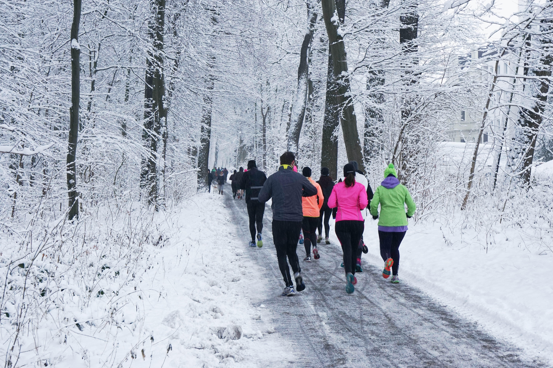 Läufergruppe im Winter