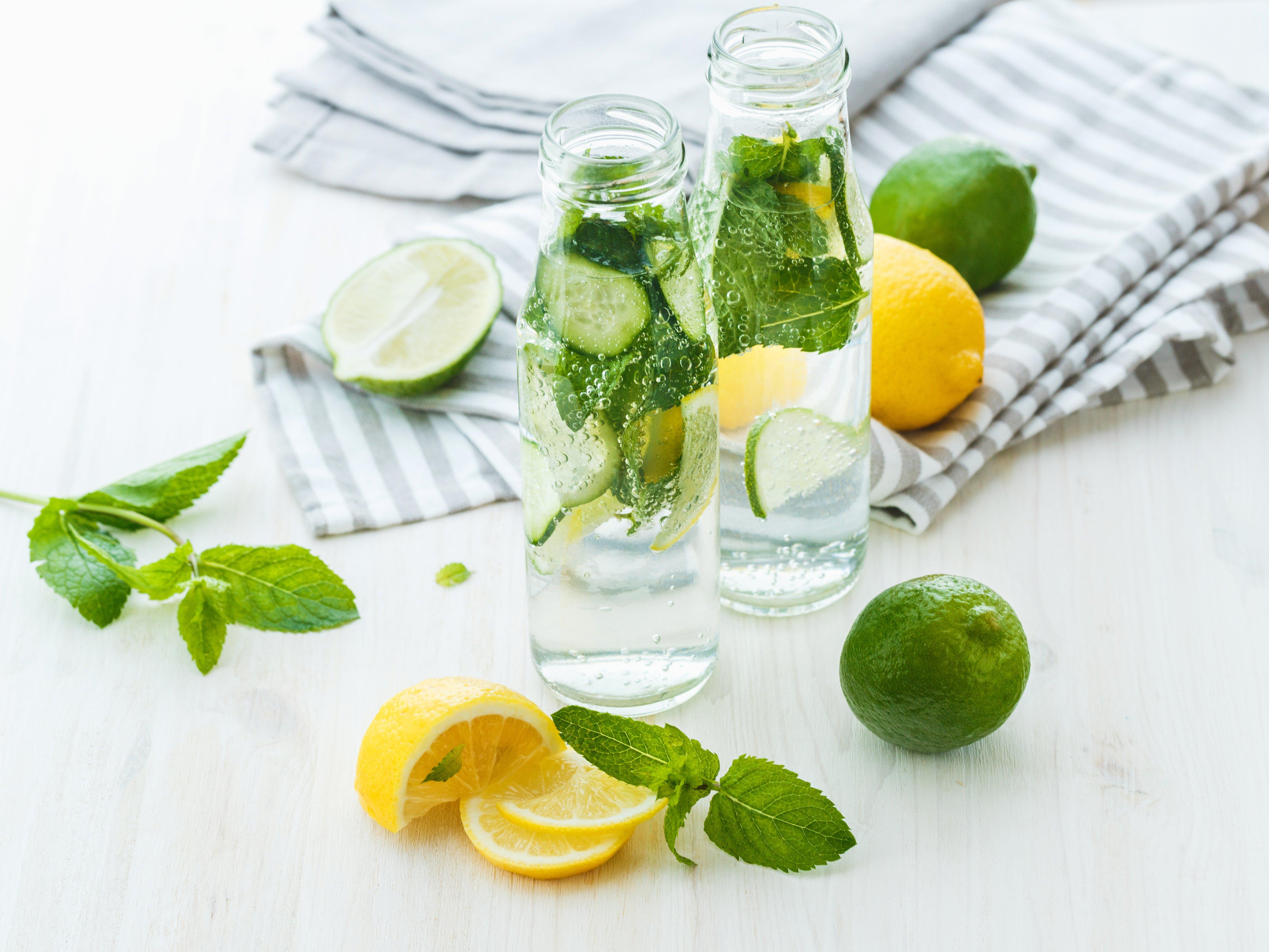 Zitronenwasser mit Minze