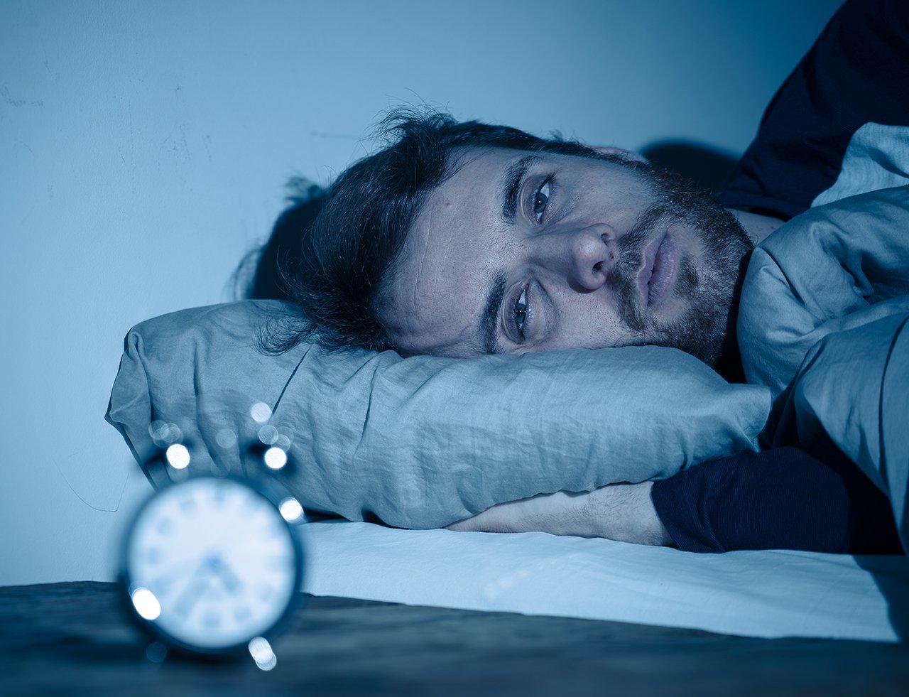 Schlafmangel ist die Folge von stänidiger Müdigkeit und Antriebslosigkeit.