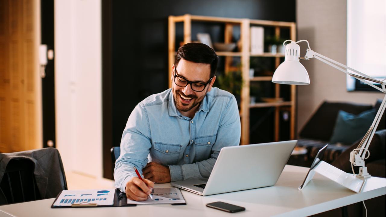 Wenn die Möglichkeit gegeben ist, sollte der Arbeitgeber Mitarbeiter ins Home-Office schicken, um Kontaktzahlen zu reduzieren.