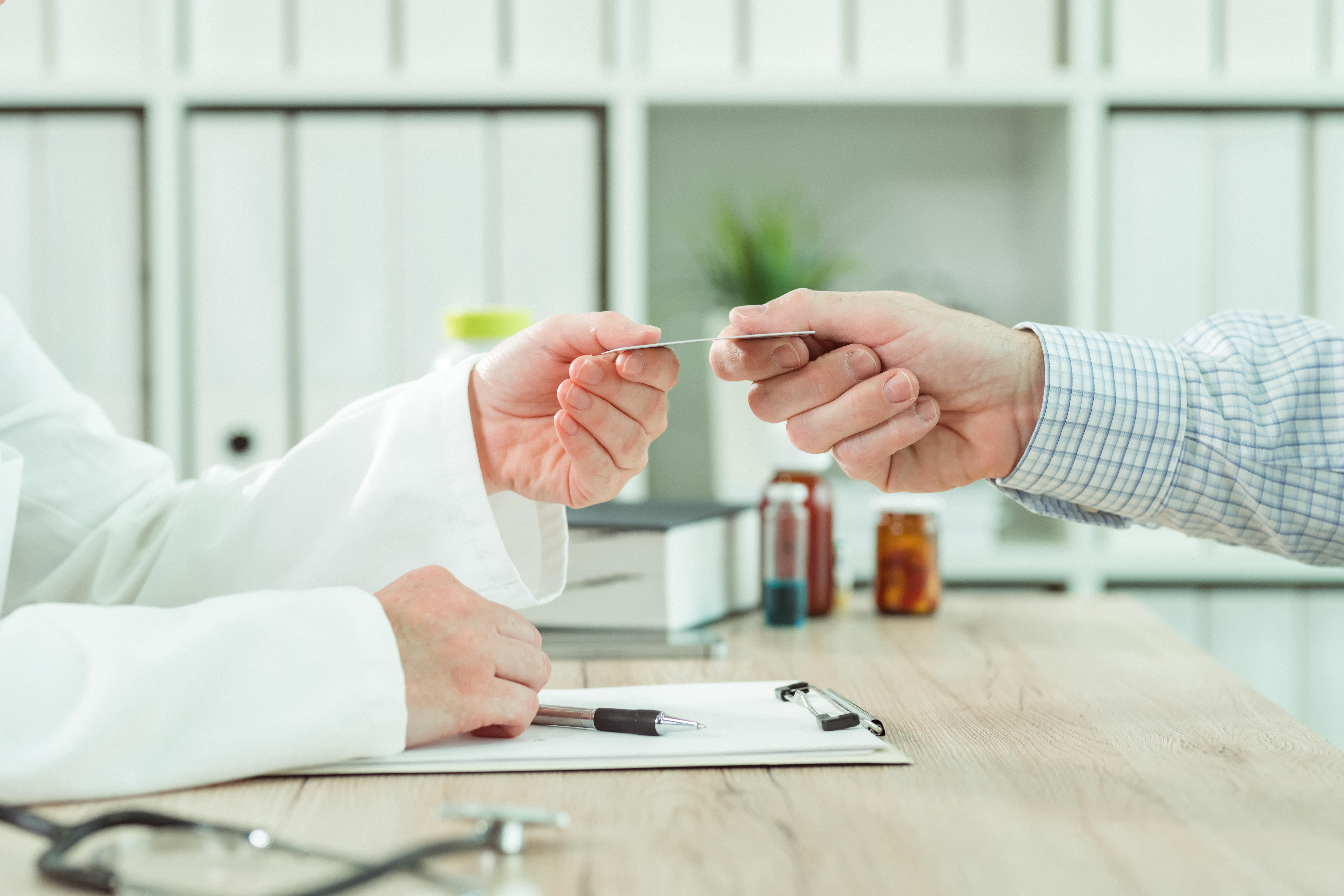 Patient mit betrieblicher Krankenversicherung beim Arzt