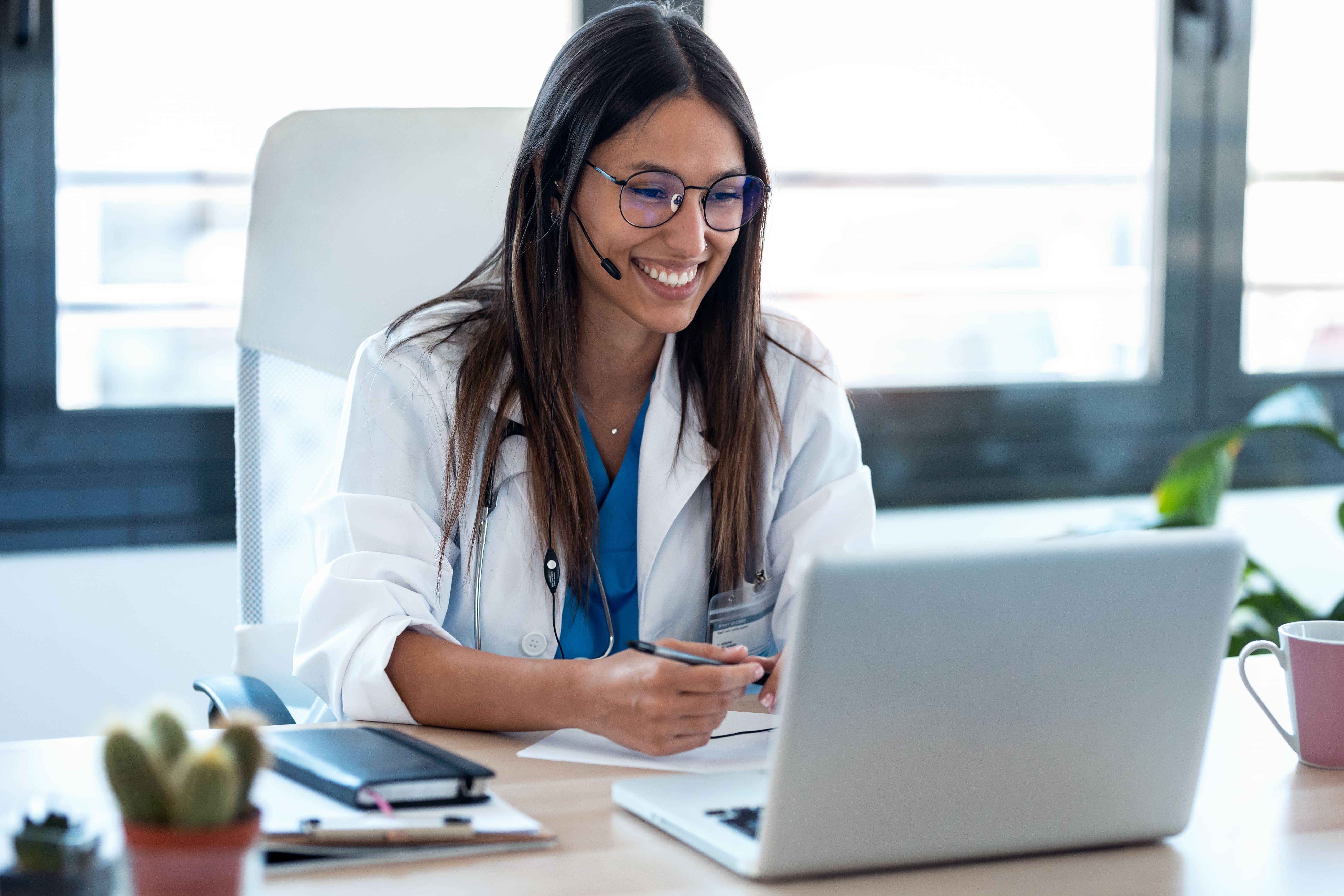 Ärztin bei einer Videokonsultation