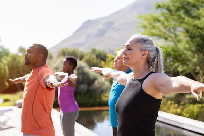 Gruppe macht Atemübungen zur Behandlung der Lungenkrankheit