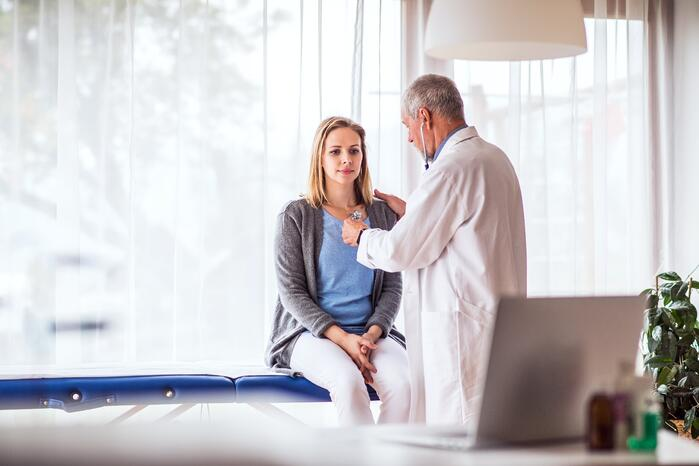 Junge Frau bei der COPD Diagnose beim Arzt