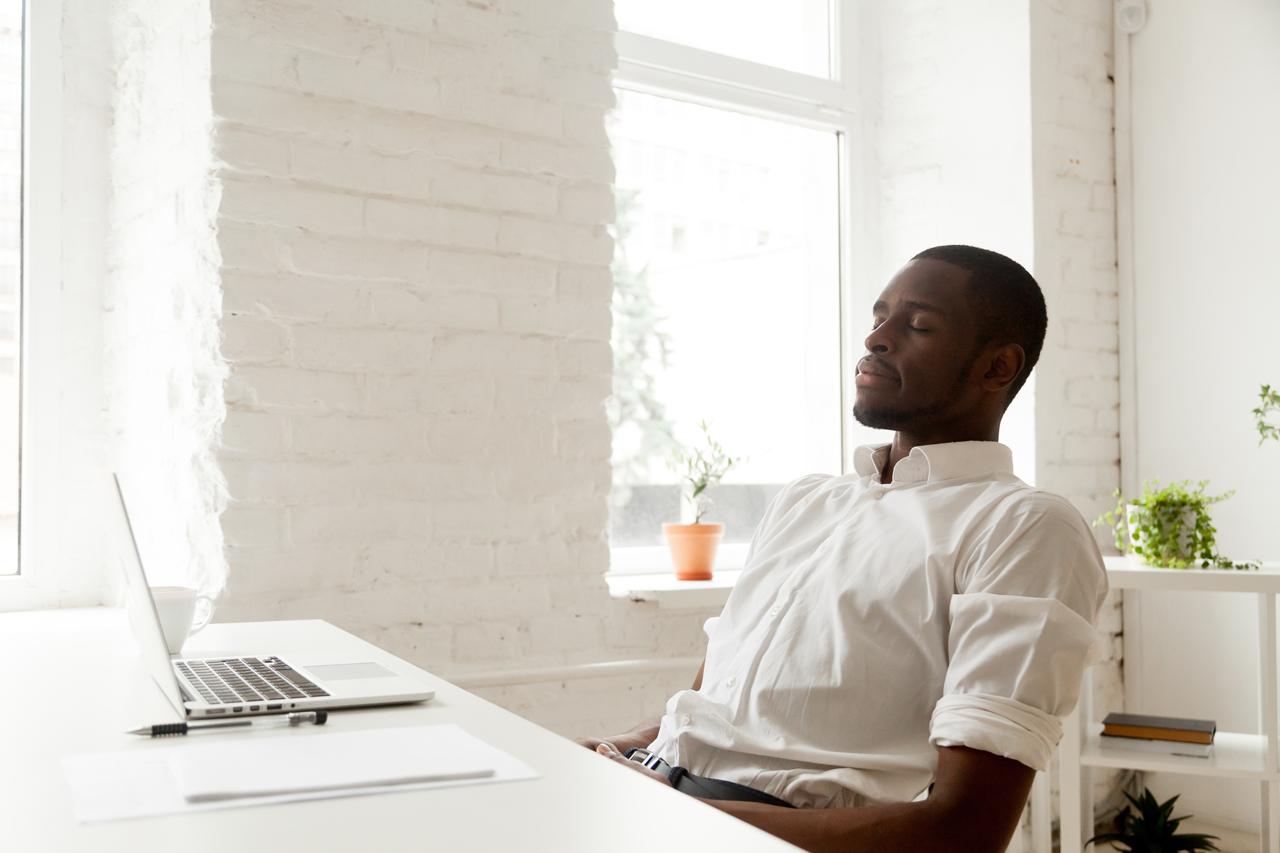 Aktivierungsübungen nach der Mittagspause hilft konzentriert weiter zu arbeiten