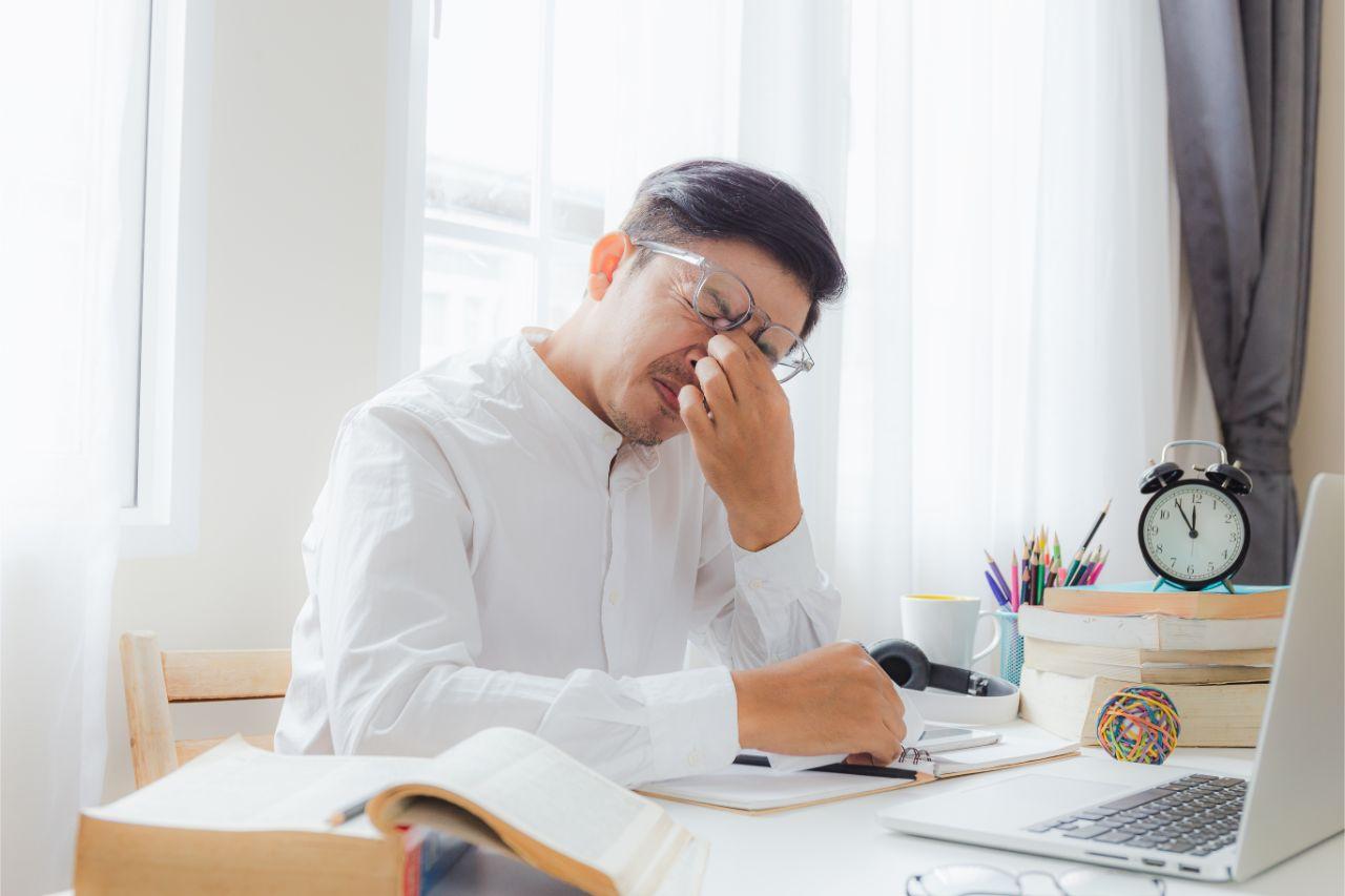 Oftmals ist Augenflimmern mit anderen Symptomen, wie zum Beispiel Migräne, verbunden.