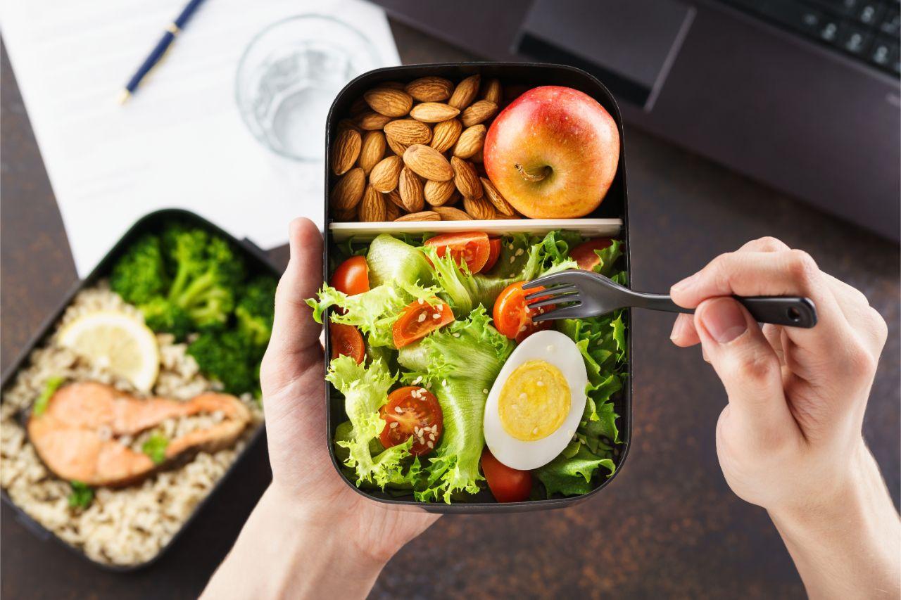 In der Mittagspause ist es wichtig gesund zu essen.