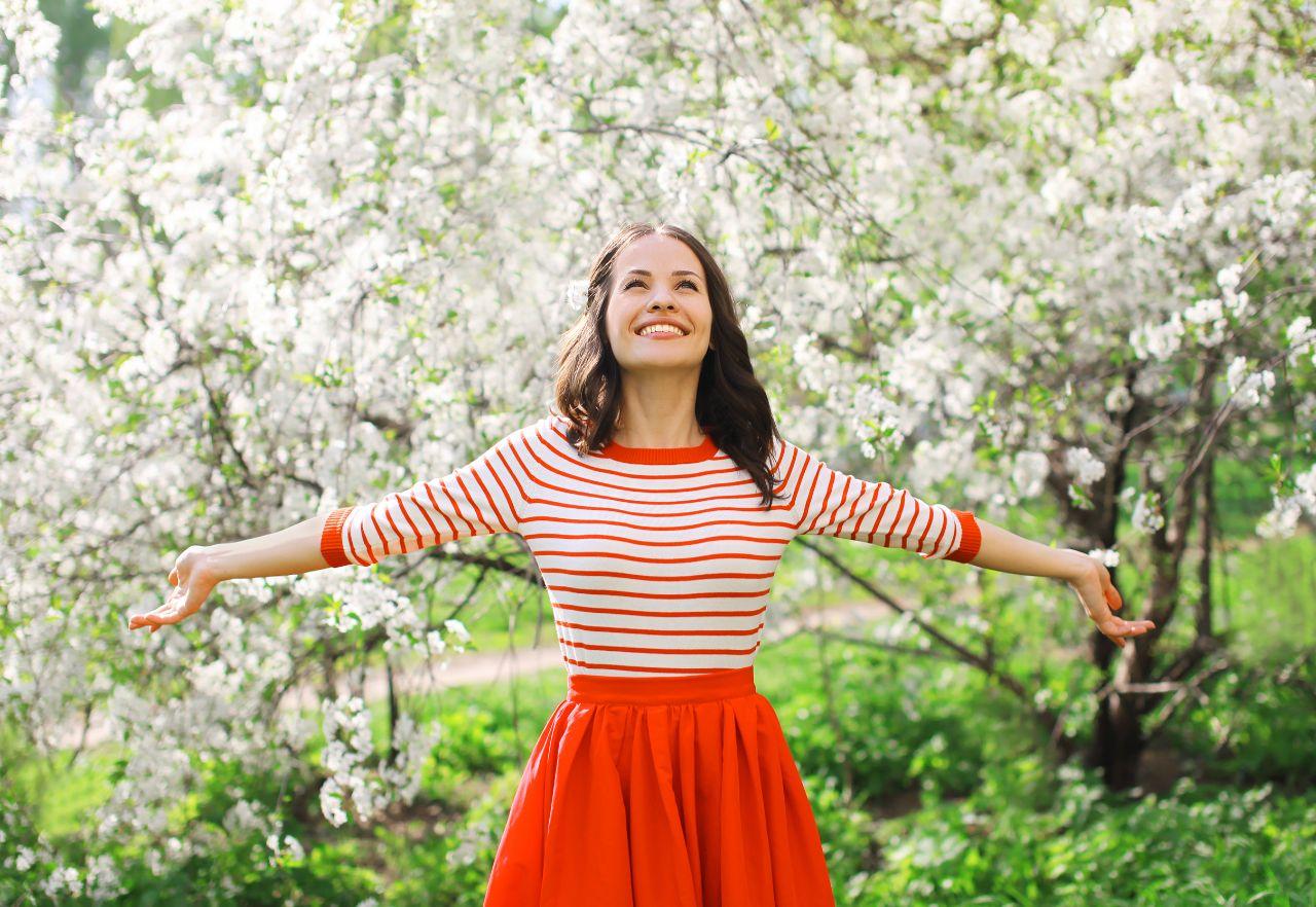 Frau im Garten ist gesund durch Meditation