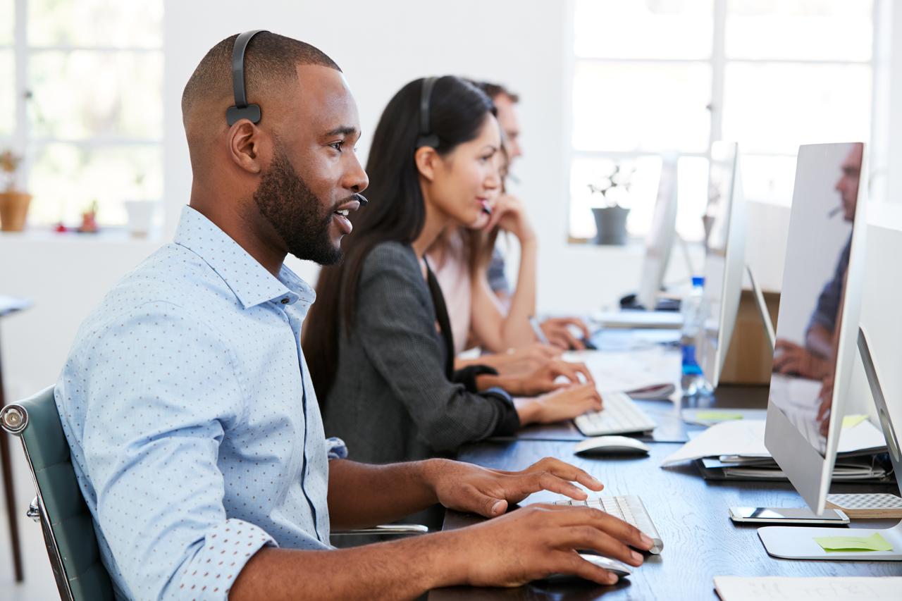 Büroangestellte mit optimaler Shreibtischhöhe