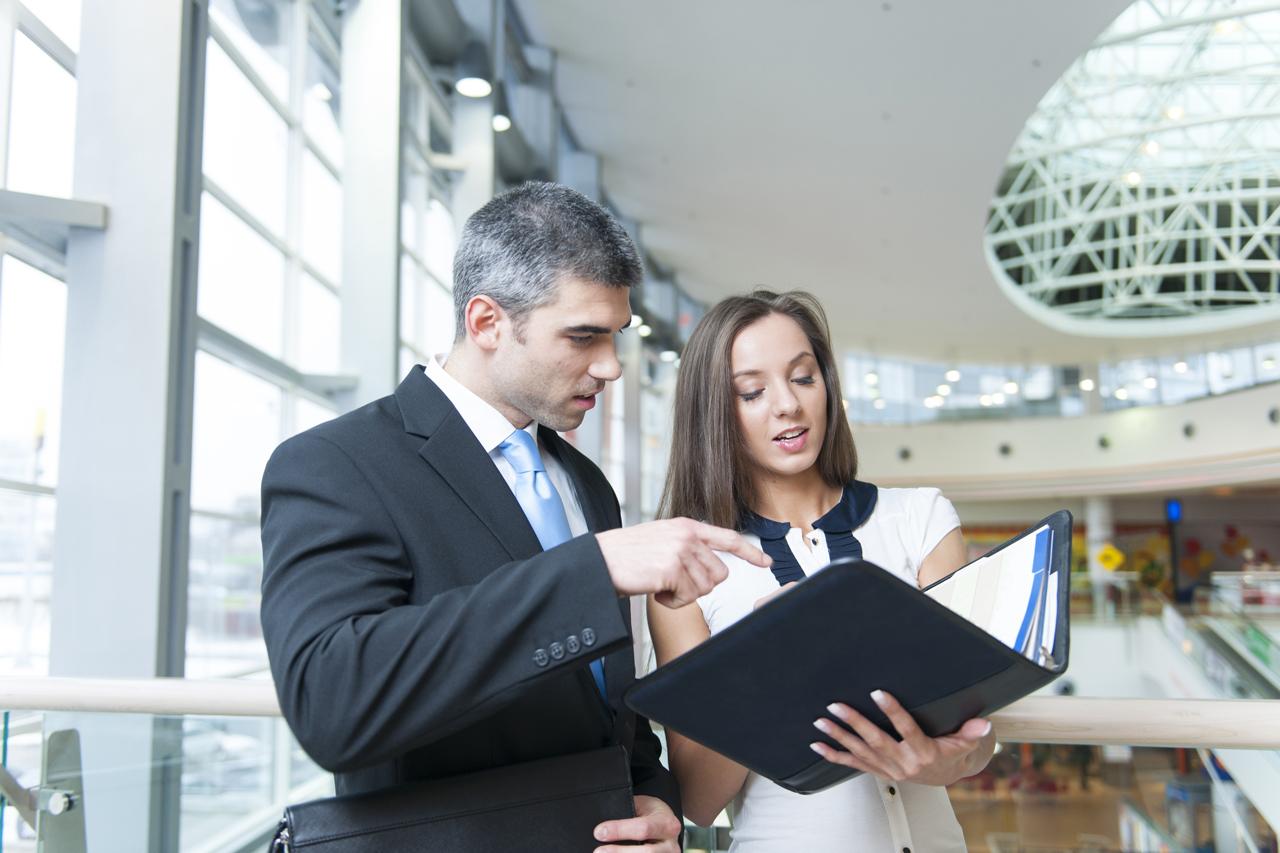 Zwei Arbeitskollegen beim Stress vermeiden durch Zusammenarbeit