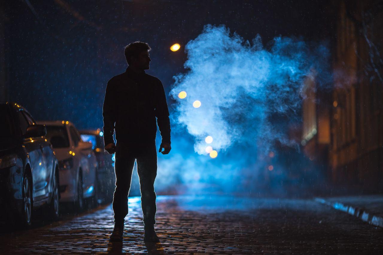 Mann auf der Straße im Dunkeln