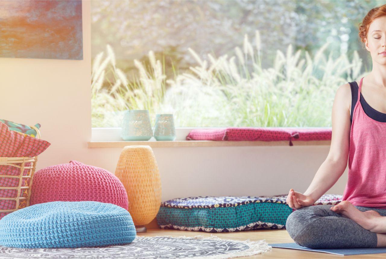 Frau im Wohnzimmer während der Meditation