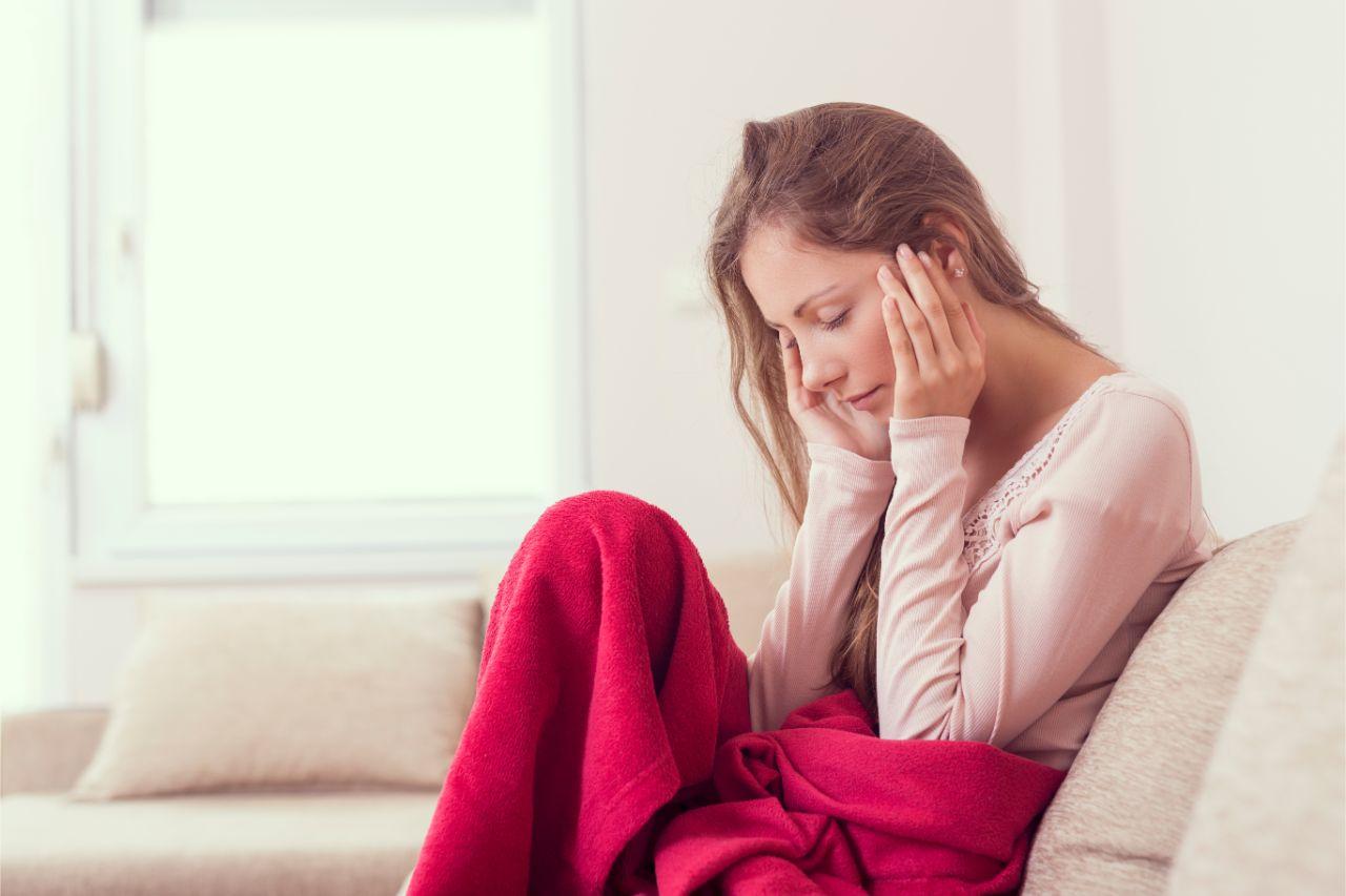 Betroffene schildern die Migräne mit Aura als klopfenden und pochenden Schmerz.