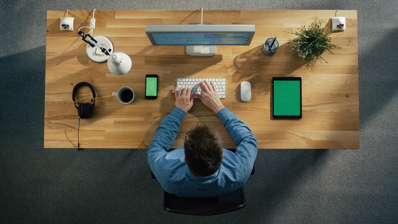 Vogelperspektive auf einen Mann am Schreibtisch