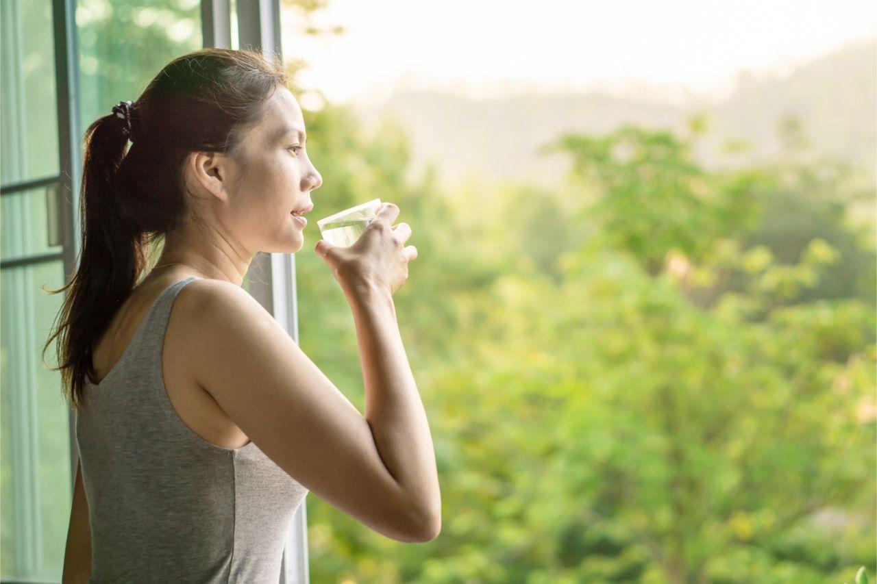 Frau am Fenster gesund durch Meditation