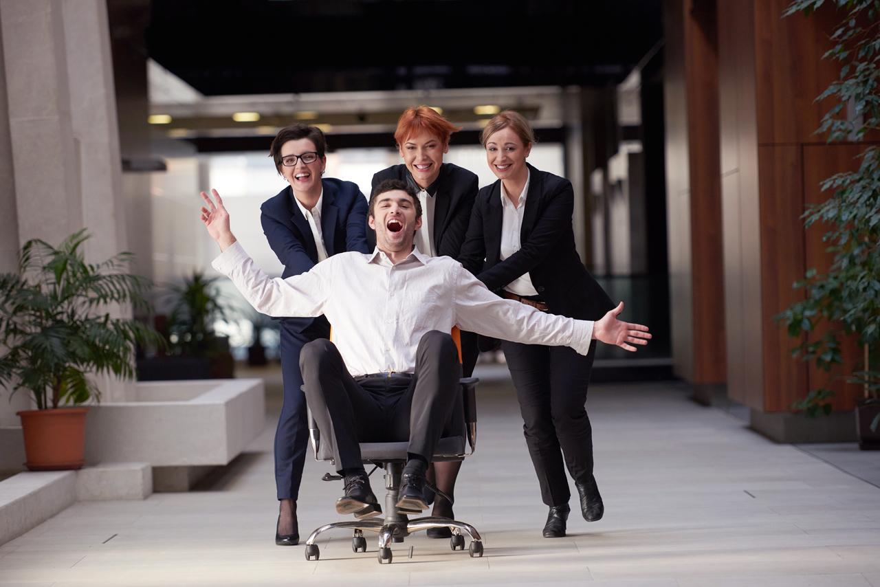 Gruppe schiebt man im Bürostuhl ohne Schmerzen beim sitzen