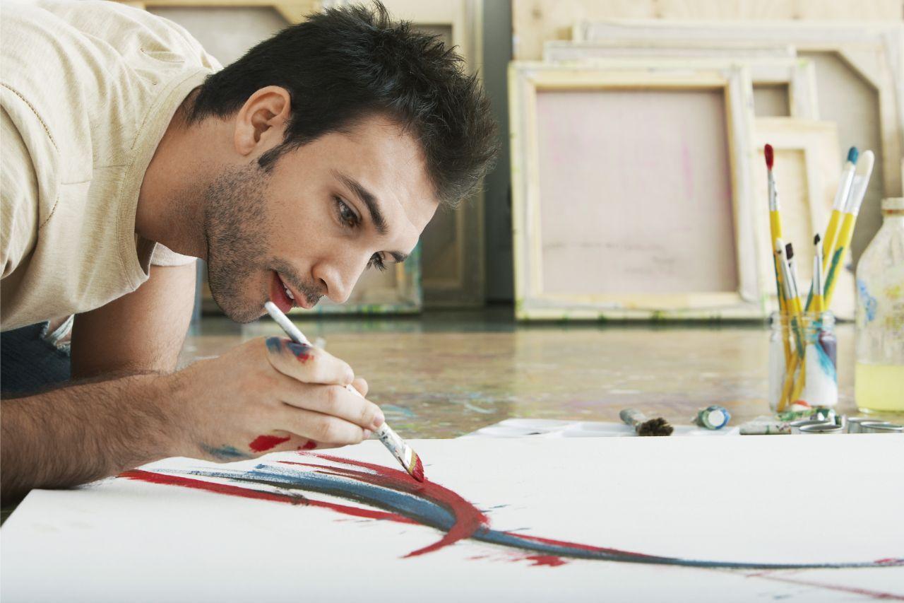 Mann beim Malen ls Methode zum Stressabbau