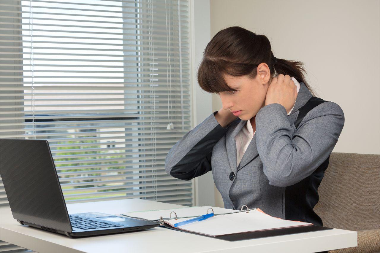 Lockerung der Muskulatur sowie aktive Entspannungsübungen können die Symptome lindern.