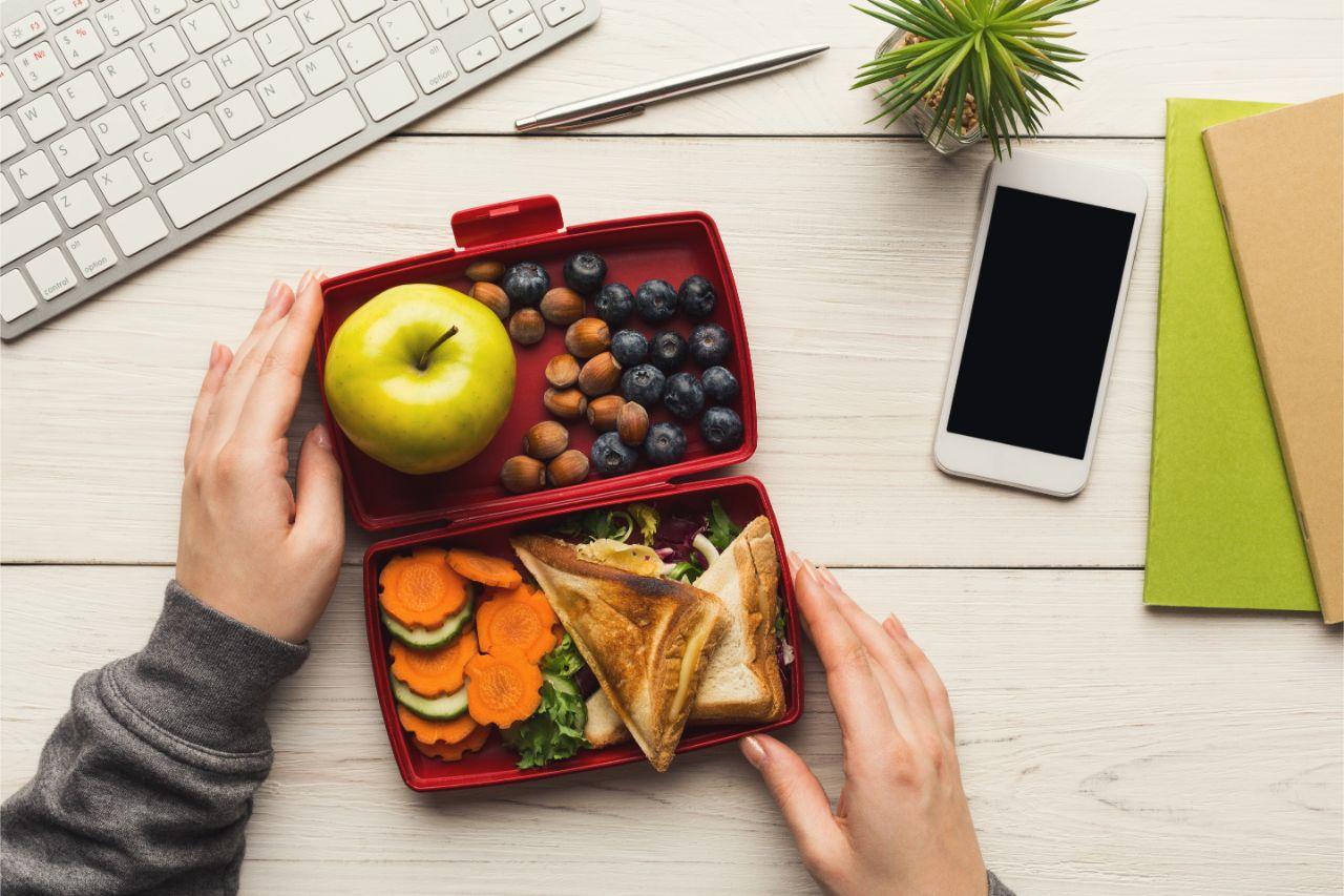 Gesunde Snacks mit viel Obst und Gemüse.