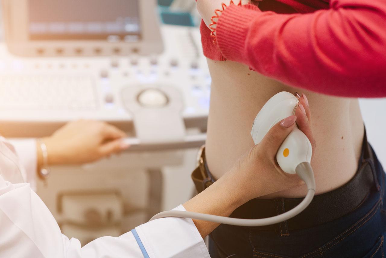Bei Nierenschmerzen ist ein Arztbesuch erforderlich.