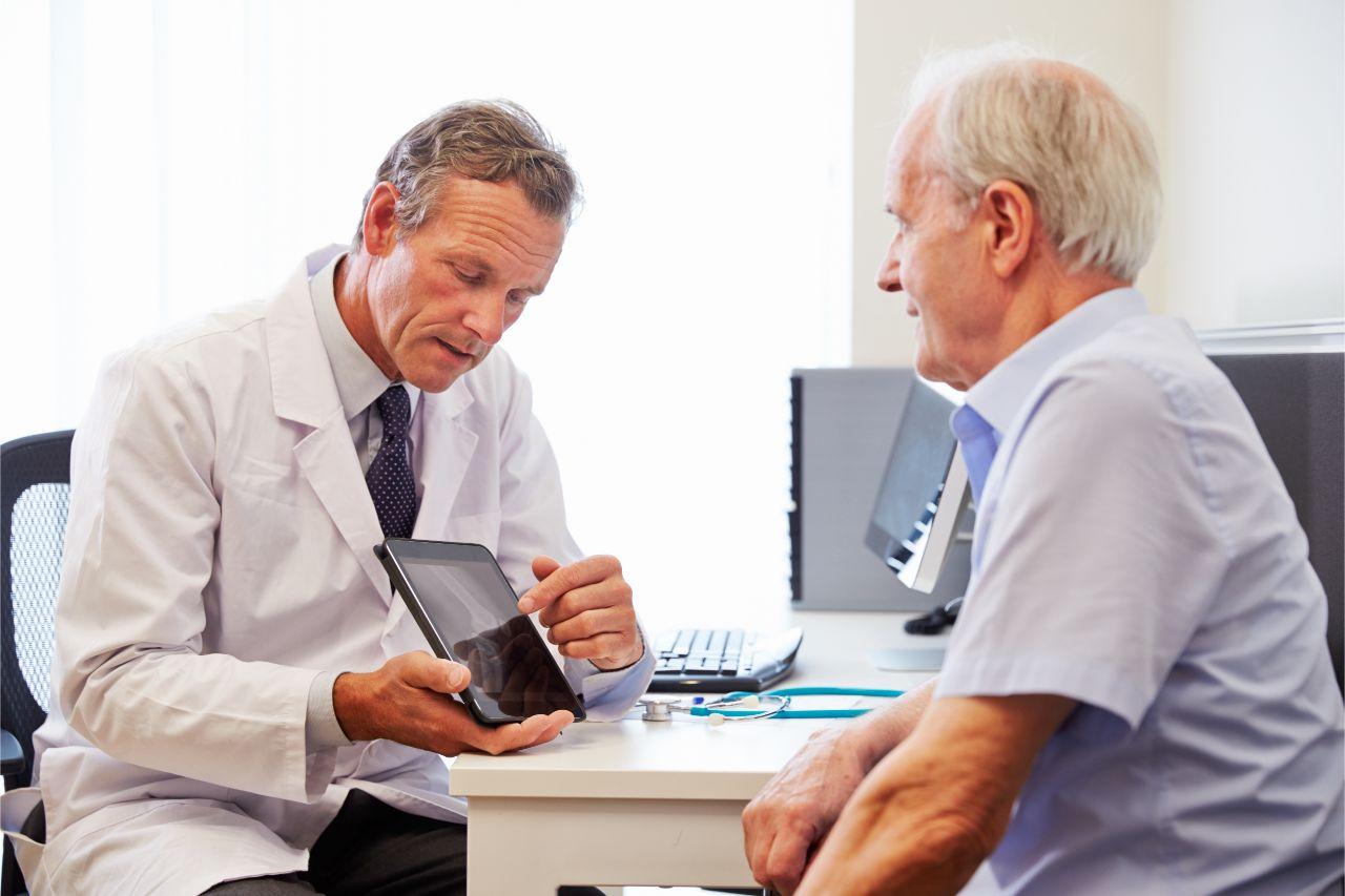 Ein Arztbesuch ist bei Nierenschmerzen erforderlich.