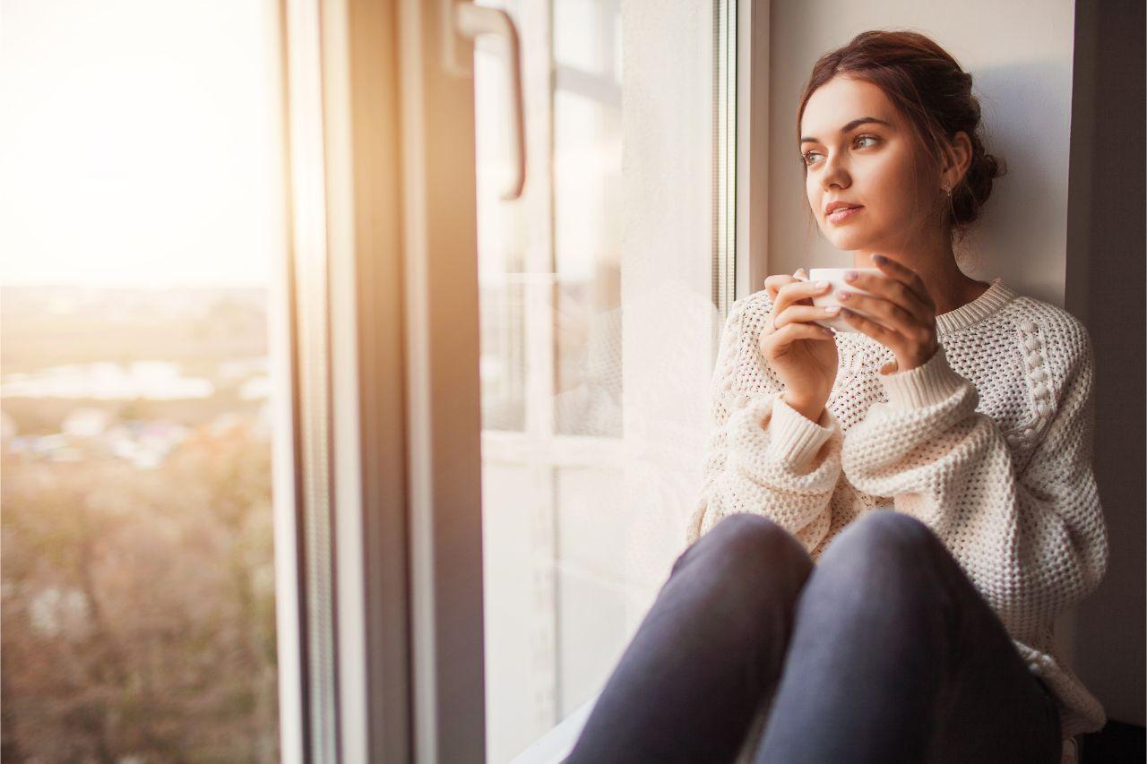 Frau genießt Zeit für sich selbst für eine ausgewogene Work-Life-Balance.