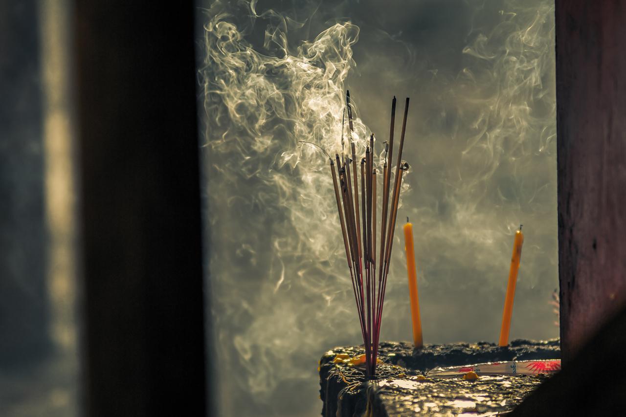 Räucherstäbchen und Kerzen sind ein Teil der Meditation.