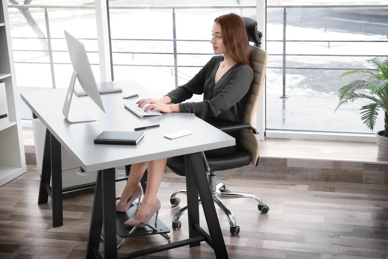 Frau in idealer Haltung für richtiges Sitzen