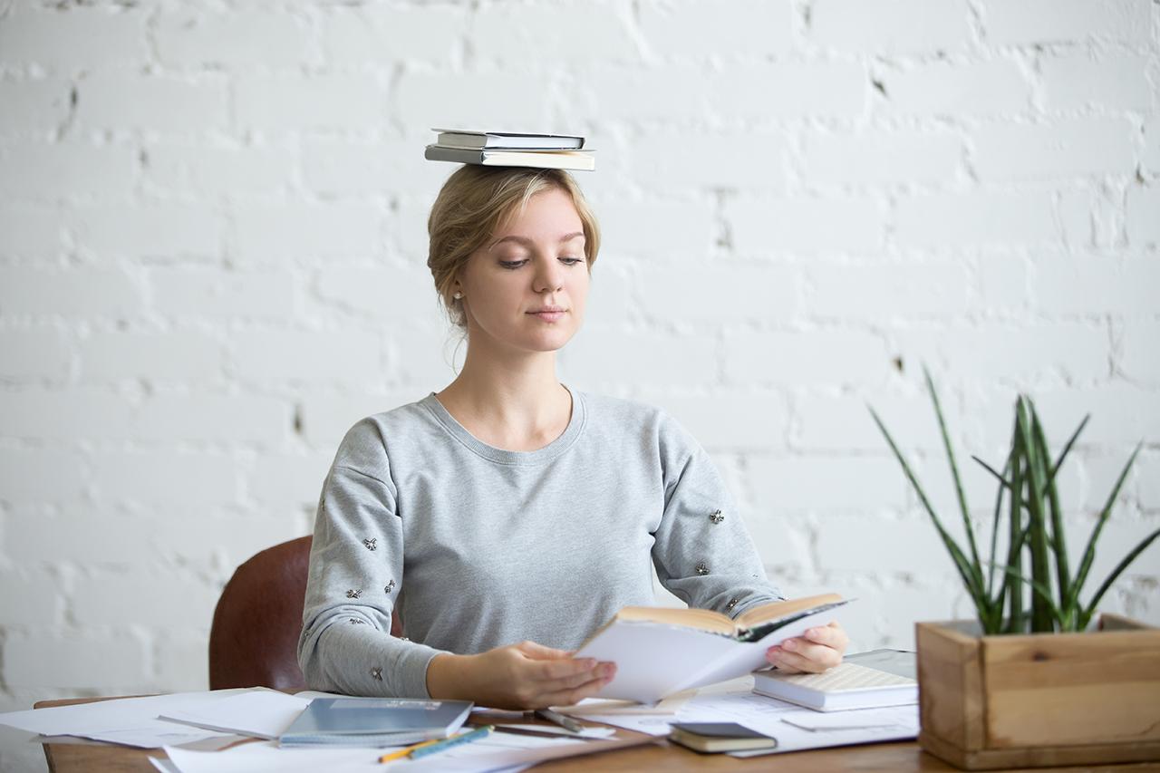 Frau macht Haltungsübungen zum richtig sitzen