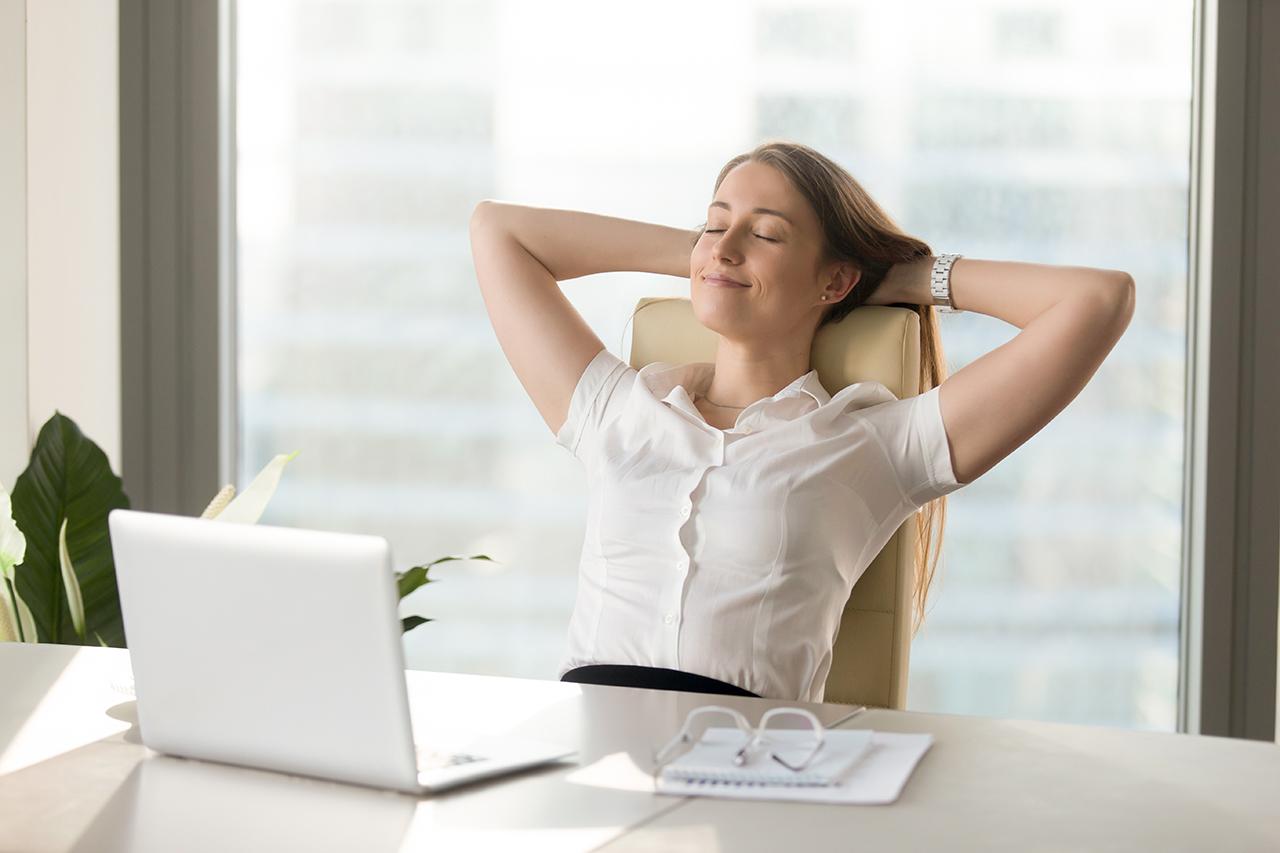 Enspannte Frau am Schreibtisch
